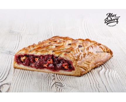 Пирог с вишней и грецким орехом